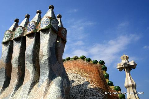 guide Gaudi à Barcelone : Casa Battlo cheminées toit