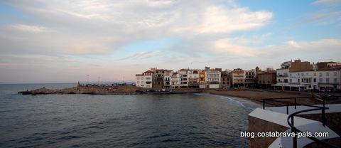 L' Escala en Espagne sur la Costa Brava - la plage de la vieille ville