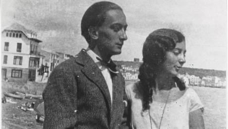 Dali et Cadaques (posant avec sa soeur)