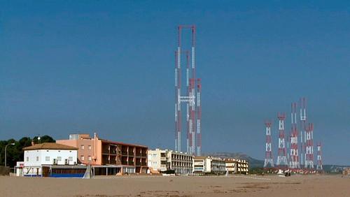 Radio Liberty à Pals, la guerre froide sur la Costa Brava. les antennes devant des batiments touristiques