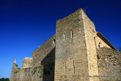 Peratallada en Catalogne - la muraille du village