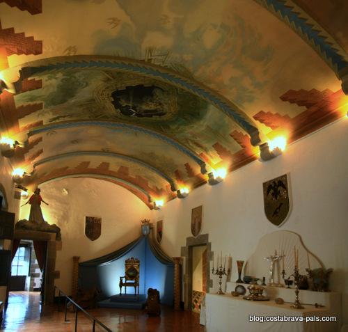 Chateau de Pubol - la grande salle au plafond dalinien