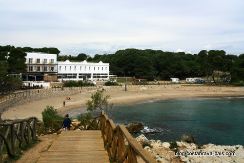 plage de L' Escala en Espagne sur la Costa Brava - chemin de ronde