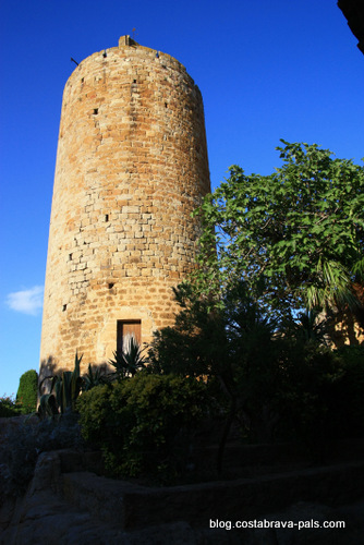 village médiéval de Pals en Espagne - la tour des heures