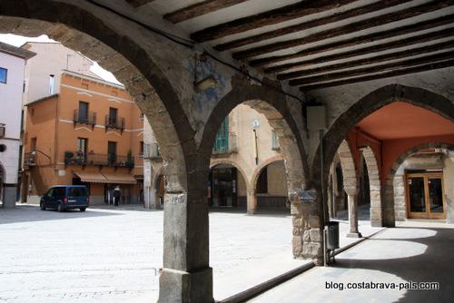 Sant Joan de les Abadesses, un joli village catalan - plaça major