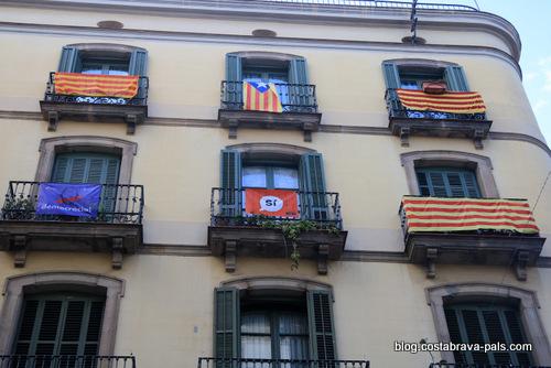 crise de l'indépendance en Catalogne - drapeaux à Barcelone