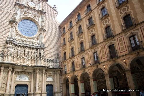 Visiter le monastère de Montserrat - entrée de la basolique - parvis
